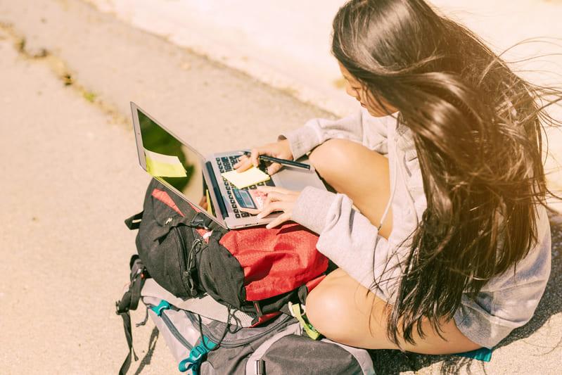 Nómada digital con su portátil.