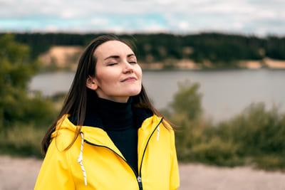 Imagen de mujer respirando hondo que representa el liberar tu mente y despreocuparte de todo.