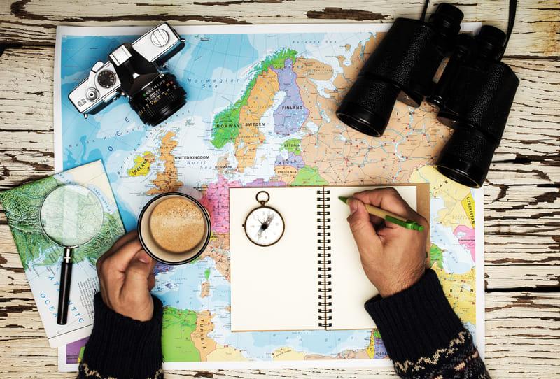 Profesional en viajes de autor preparando la ruta de un nuevo destino.