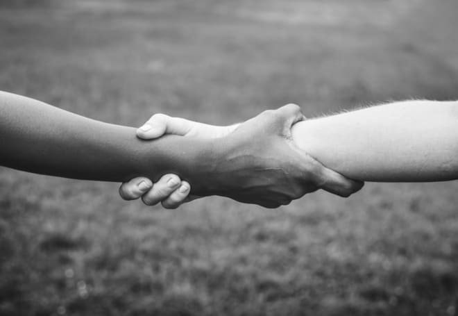 Dos brazos entrelazados que muestran la primera de las estrategias de diferenciación: una propuesta de valor tuya y solo tuya.
